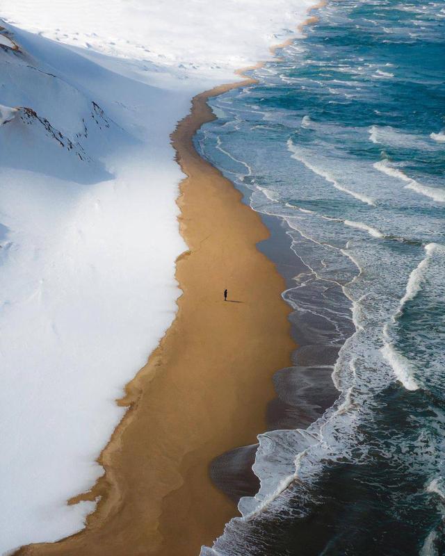 Снег встречается с морем на западном побережье Японии