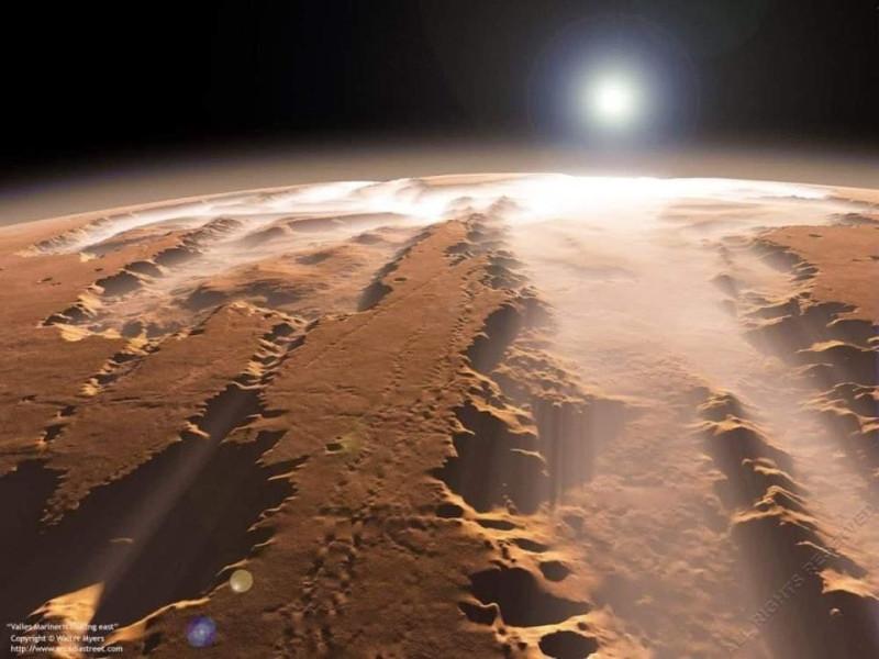 Маринер имеют длину 4500 км (четверть окружности планеты), ширину до 600 км  и глубину до 11 км. Эта система каньонов превышает знаменитый Большой каньон в 10 раз по длине, примерно в 20 — по ширине и в 7 — по глубине, и является самым крупным известным каньоном в Солнечной системе (почти столь же глубок каньон Арго на спутнике Плутона — Хароне.