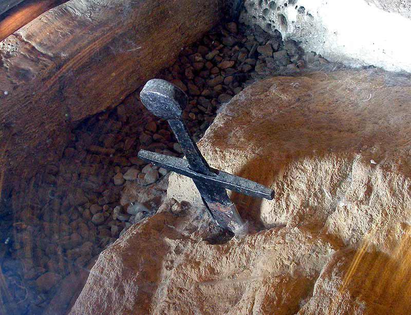 Святой Гальгано 1148-1181 католический святой из Тосканы, как полагают, вонзил свой меч в камень после видения Архангела Михаила. Анализ 2001 года показывает, что верхняя часть и нижняя часть подлинны и принадлежат одному и тому же артефакту.