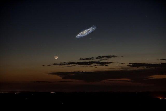 Если бы галактика Андромеды была достаточно яркой, чтобы видеть ее невооруженным глазом, она казалась бы в шесть раз больше полной луны.