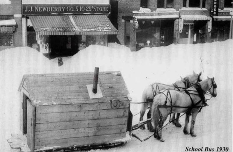 Пара лошадей тянет сани, на которых стоит деревянный домик с печью. Таким способом возили детей в школу по большим снегам в северных штатах Америки в начале прошлого века.