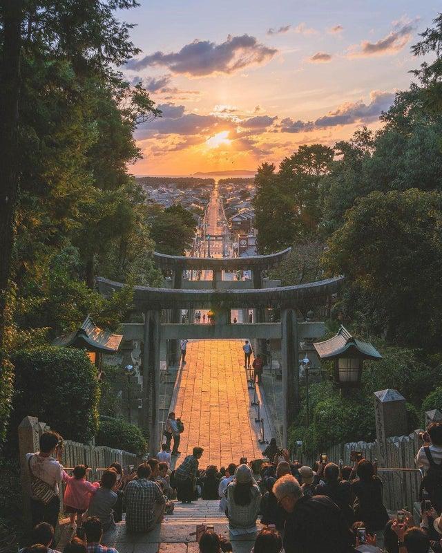Появляется когда осеннее солнце идеально совпадает с дорогой, которая соединяет храм Миядзидаке с морем.