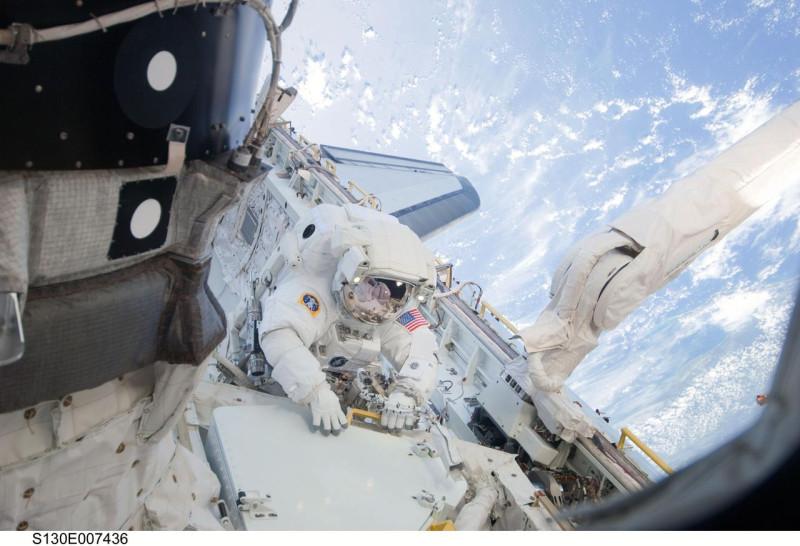 Астронавт НАСА Николас Патрик, специалист миссии STS-130, 6-часовой выход в открытый космос