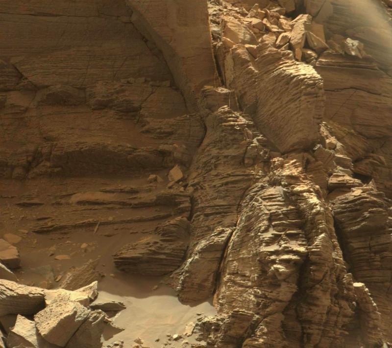 """Этот вид с мачтовой камеры (Mastcam) марсохода Curiosity НАСА показывает обнажение  тонкослойных пород в районе """" Мюррей Баттс' на нижней горе Шарп"""