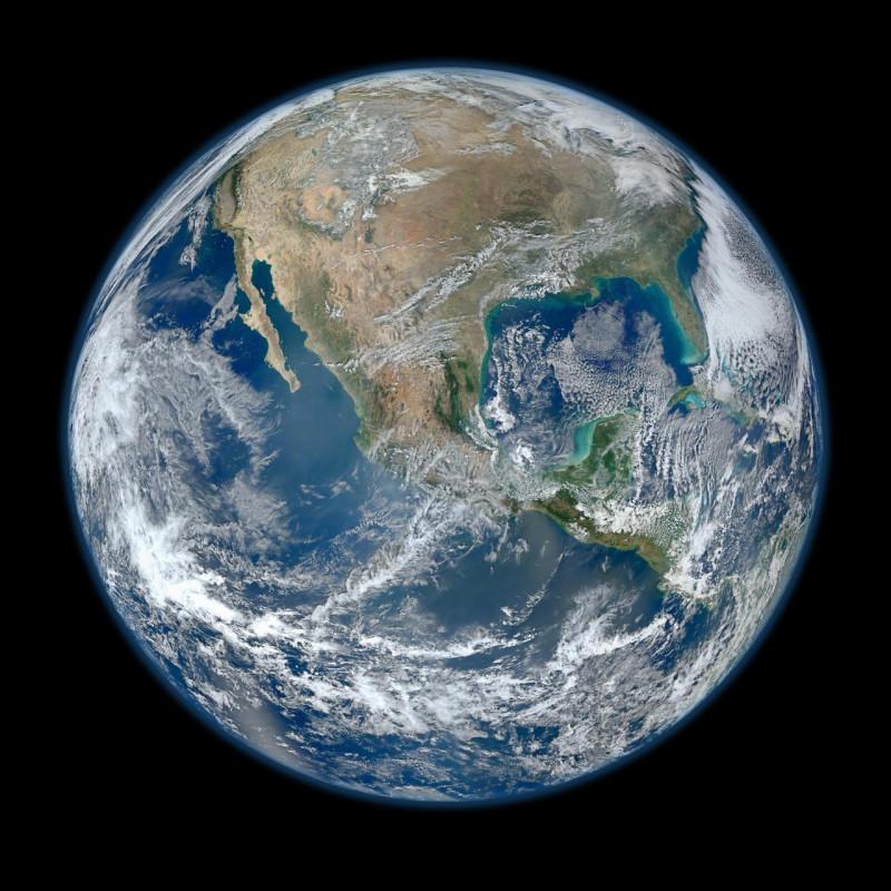 Одно из самых подробных изображений Земли, созданный на основе фотографий, сделанных прибором Visible/Infrared Imager Radiometer Suite (VIIRS) на борту нового спутника АЭС Суоми, показывает множество потрясающих деталей нашей родной планеты.