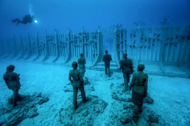 Три различные галереи погружены на глубину от трех до шести метров (9,8 и 19,6 фута ) в океан в Национальном морском Парке Канкуна. Музей был придуман директором морского парка Хайме Гонсалесом Канто при содействии Тейлора с целью спасения близлежащих коралловых рифов, предоставив альтернативное место для дайверов.