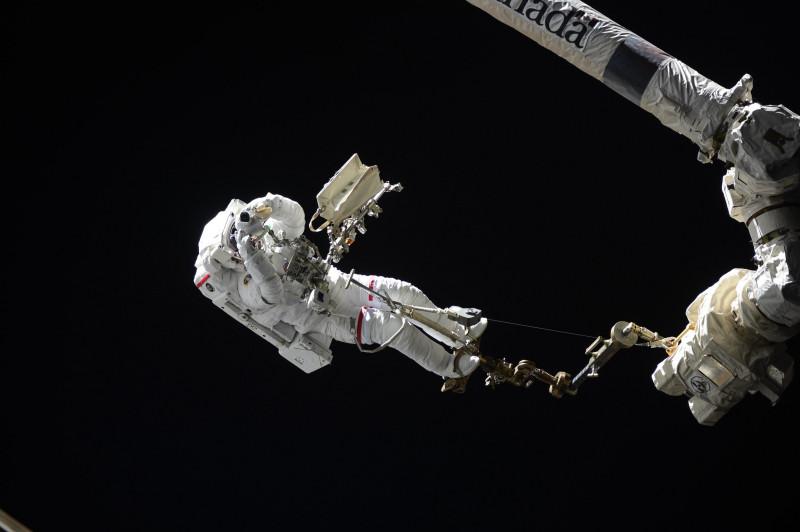 Астронавт Лука Пармитано в открытом космосе, фото Олег Скрипочка