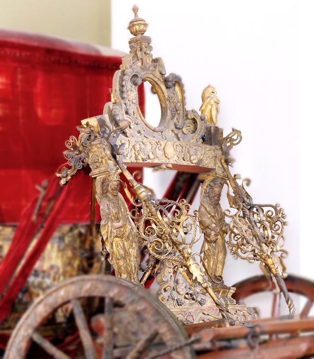 Резной декор, скульптура и металлические украшения передней части стана