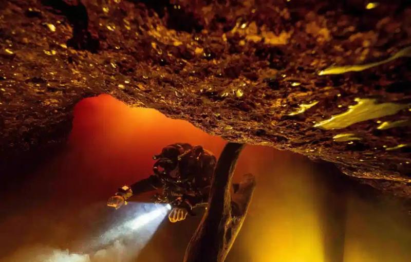 Дайвер в подводной пещере  Литл Ривер Спрингс в Мексике во время наводнения на фотографии Джейсон Галли.