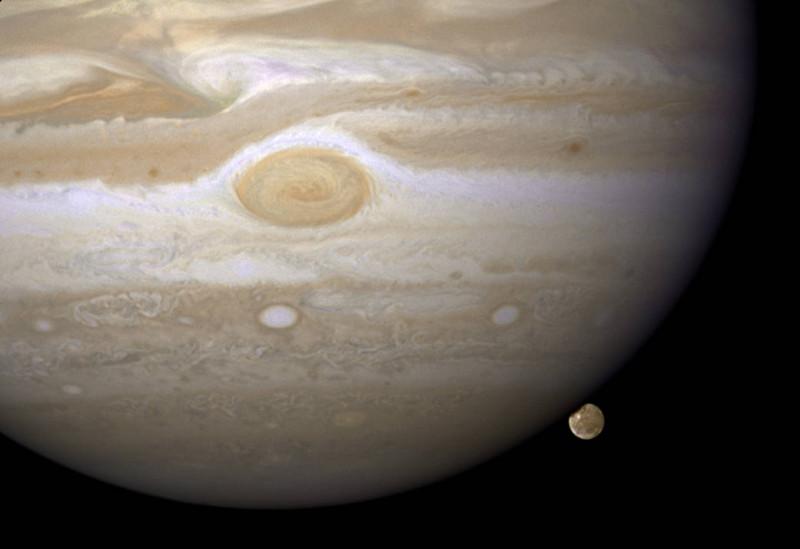 За исключением Солнца, Юпитер является самым большим объектом в Солнечной системе. Из-за своих огромных размеров и того факта, что он, вероятно, был первой из образовавшихся планет он оказал глубокое влияние на формирование и эволюцию других тел, вращающихся вокруг нашей звезды.