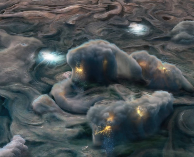 """Эта иллюстрация использует данные, полученные миссией НАСА """"Юнона"""", чтобы изобразить высокогорные электрические бури на Юпитере. Чувствительная камера звездного отсчета Юноны обнаружила необычные вспышки молний на темной стороне Юпитера во время близкого облета планеты космическим аппаратом."""