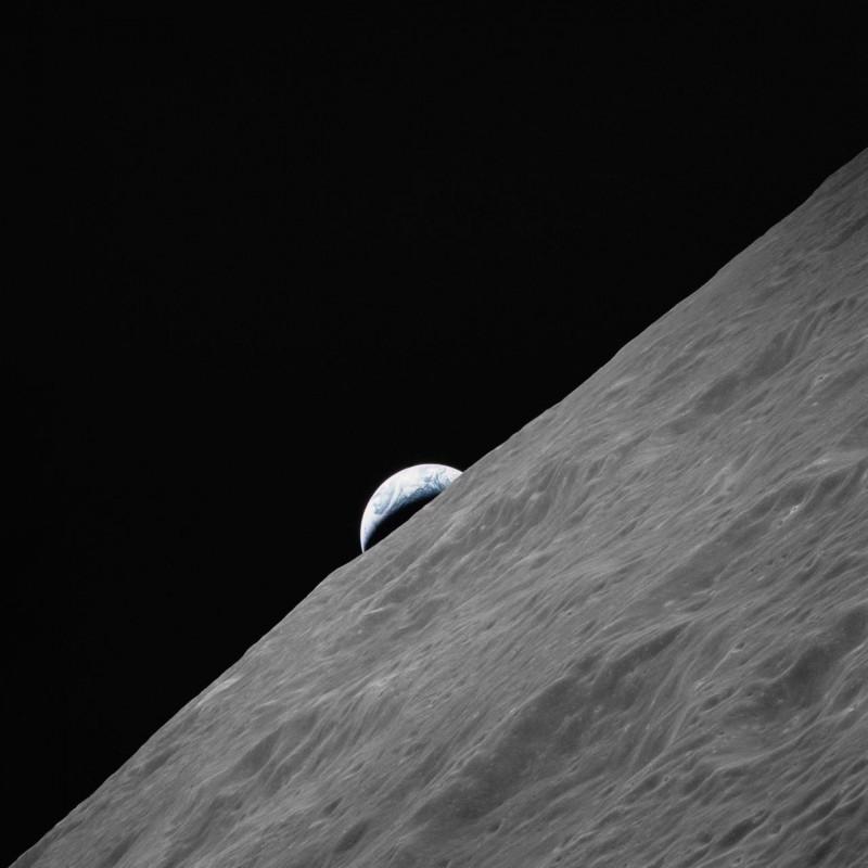 """(7-19 дек. 1972) - полумесяц земли поднимается над лунным горизонтом на фотографии, сделанной с космического аппарата """"Аполлон-17"""" на лунной орбите во время заключительной миссии Национального управления по аэронавтике и исследованию космического пространства (НАСА) по высадке на Луну в рамках программы """"Аполлон""""."""
