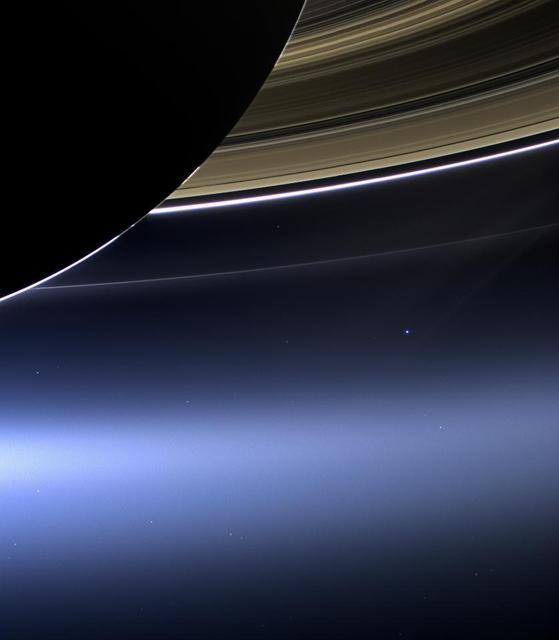 """На этом редком снимке, сделанном 19 июля 2013 года, широкоугольная камера космического аппарата НАСА """"Кассини"""" запечатлела кольца Сатурна, а также нашу планету Земля и  Луну в одном кадре."""