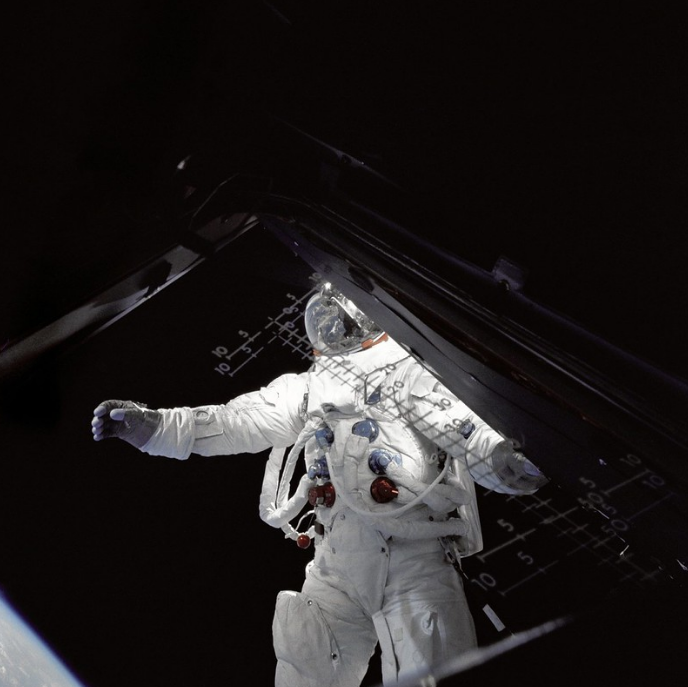 """Астронавт Рассел л. Швейкарт, пилот лунного модуля, стоит  на крыльце лунного модуля """"Паук"""" во время своей внекорабельной деятельности на четвертый день орбитальной миссии """"Аполлон-9""""."""