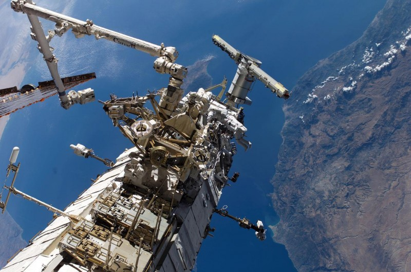 """Астронавты Стивен г. Маклин, представляющий Канадское космическое агентство, и Дэниел К. Бербанк, оба специалисты миссии STS-115, участвуют во втором из трех запланированных выходов в открытый космос для членов экипажа космического челнока """"Атлантис"""""""