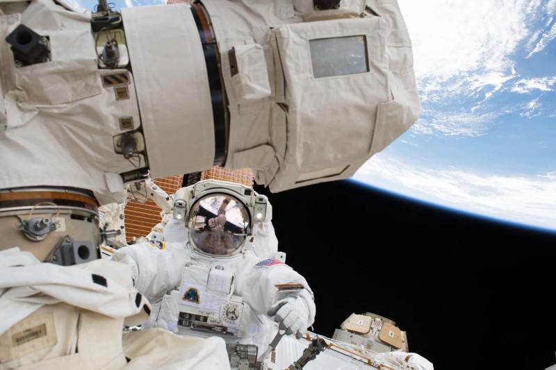 Астронавт  Скотт Тингл  выход в открытый космос