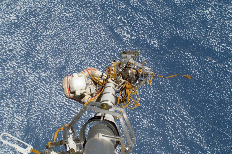 Российский космонавт Геннадий Падалка, командир 32-й экспедиции, принимает участие в сеансе внекорабельной деятельности (Ева) для продолжения оснащения Международной космической станции.