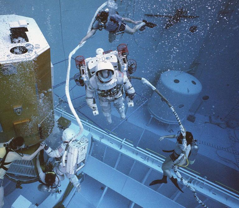 Макет спутника Solar Maximum  отработка поиска спутника и пилотирования новой маневренной установки (MMU)