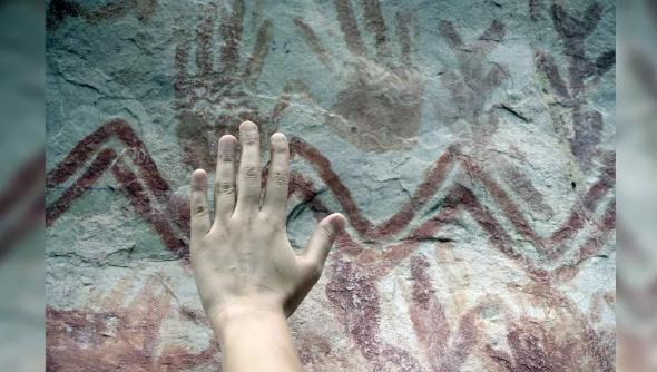Люди Ледникового периода рисовали эти фигуры, отпечатки рук и рисунки красной охрой. (Фото: Marie-Claire Thomas/Wild Blue Media)