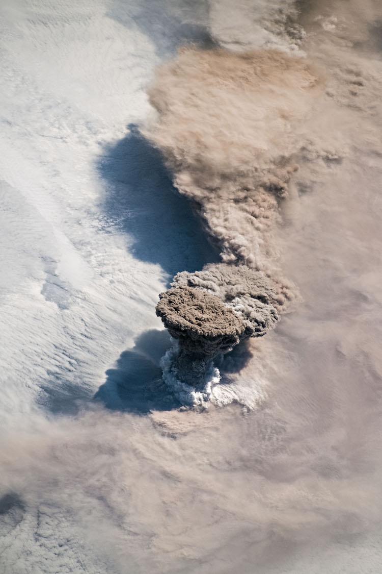 В отличие от некоторых своих вечно активных соседей на полуострове Камчатка, вулкан Райкоке на Курильских островах извергается редко. Период покоя закончился около 4: 00 утра по местному времени 22 июня 2019 года, когда огромный шлейф пепла и вулканических газов вырвался из его 700-метрового кратера. Несколько спутников - а также астронавты на Международной космической станции-наблюдали, как толстый шлейф поднялся, а затем устремился на восток, когда его втянуло в циркуляцию шторма в северной части Тихого океана. (Фото: обсерватория земли НАСА/Джошуа Стивенс)