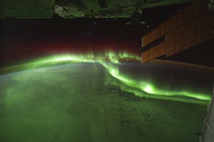 """"""" Огонь в небе и на Земле """" четверть финалист, родная планета. Астронавты Международной космической станции (МКС) использовали цифровую камеру для съемки нескольких сотен фотографий aurora australis, или """"южного сияния"""", во время прохождения над Индийским океаном 17 сентября 2011 года.(Фото: экипаж экспедиции 29)"""