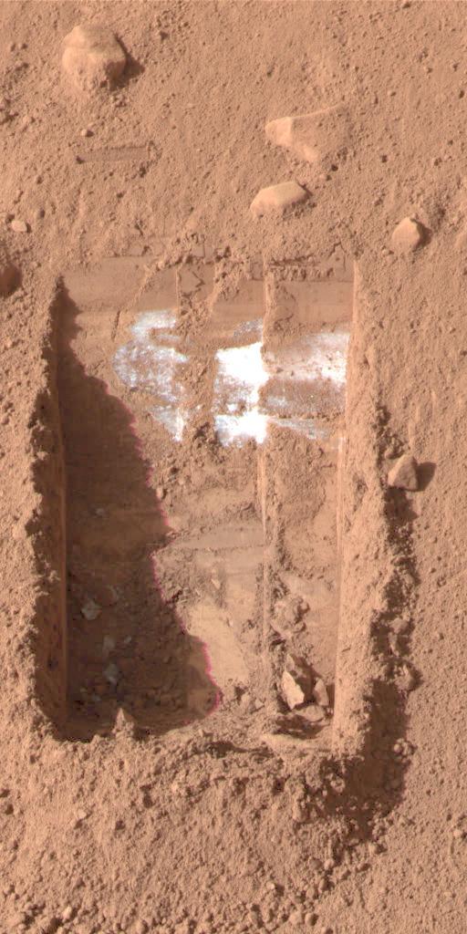 Цветное изображение было получено поверхностным cтереовизором посадочного модуля  Phoenix Mars на 21-й день миссии, или Sol 20 15 июня 2008 года. На ней изображены глыбы льда в левом нижнем углу траншеи, прозванной Додо-Златовлаской.
