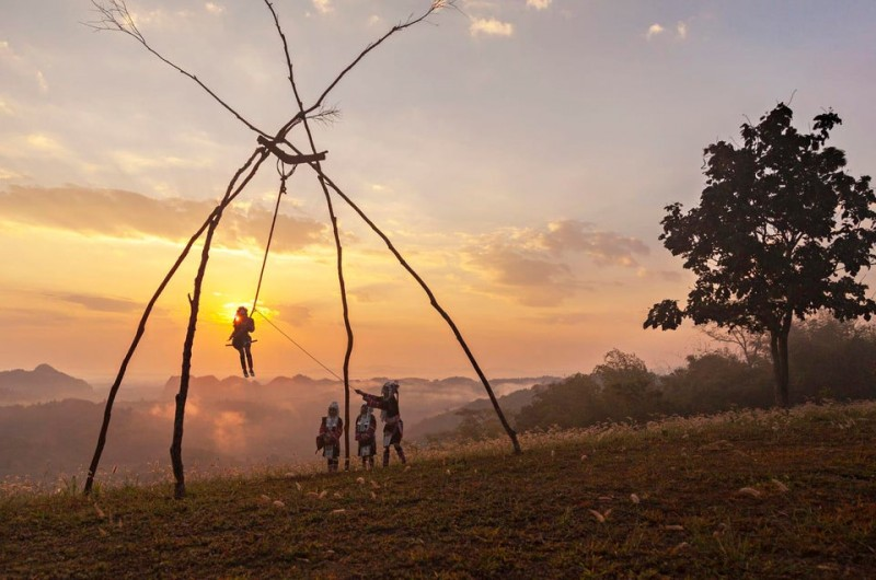 """В каждой деревне, где проживает этот народ, установлены специально сооружённые качели из бамбука и дерева, которые используют всего лишь один раз в году во время праздника. Фестиваль """"Качели Акха"""" посвящен урожаю и плодородию, а главными действующими лицами становятся женщины Ахка."""