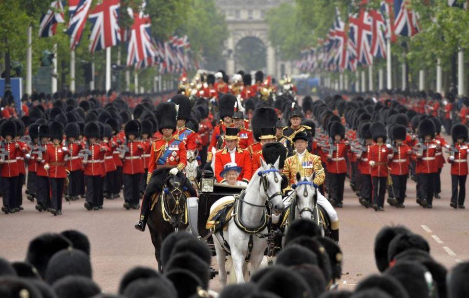 Queen_ElizabethII_Regality-1
