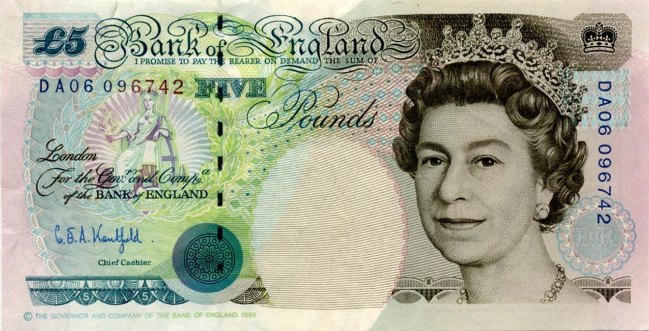 Queen_ElizabethII_Regality-3