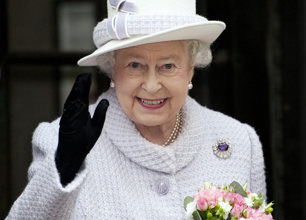Queen_ElizabethII_Regality-5