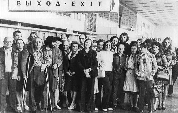На проводах в московском аэропорту Шереметьево. (Фотоархив Музея диаспоры, Тель-Авив)