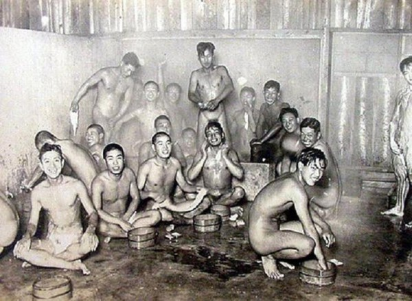 Naked_Soldiers_WWII-04