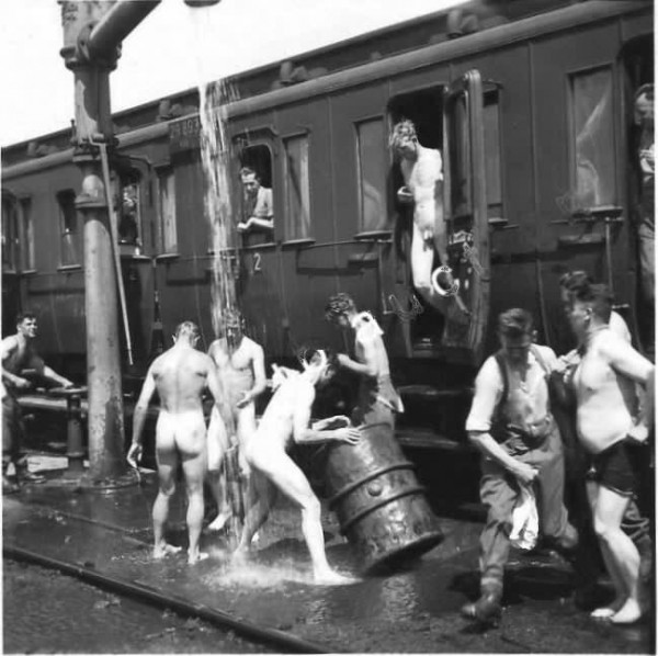 Naked_Soldiers_WWII-08