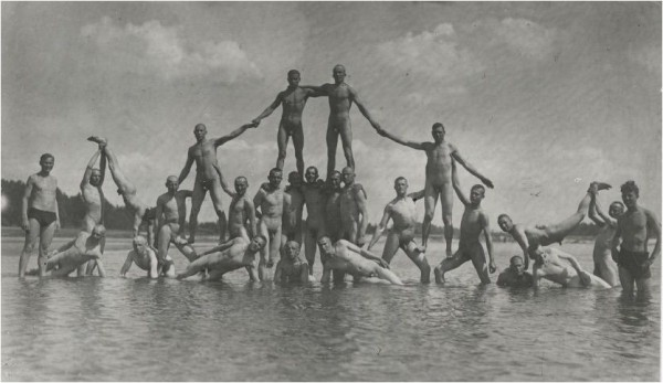 Naked_Soldiers_WWII-13