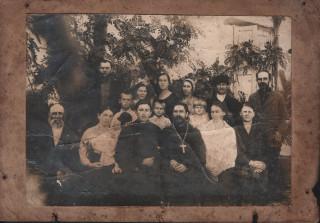 Снимок хора, певчих и причта Пантелемоновской церкви города Георгиевска 5 октября 1934 года