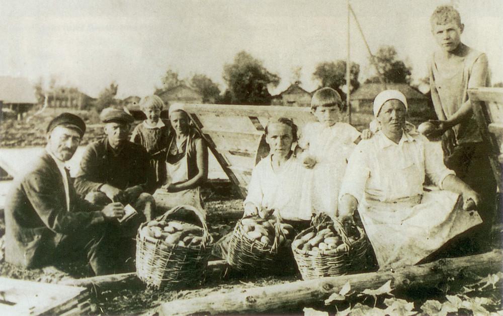 1946 Деревня Матвеевское. Сбор урожая. чаково-Матвеевское. Вчера, сегодня, завтра. Москва, 2005 г.