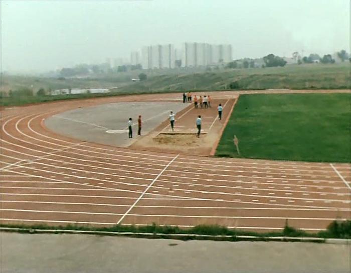 1981 Олимпийская деревня. Стадион. кадр из фильма «Просто ужас!» (Одесская киностудия, 1982)