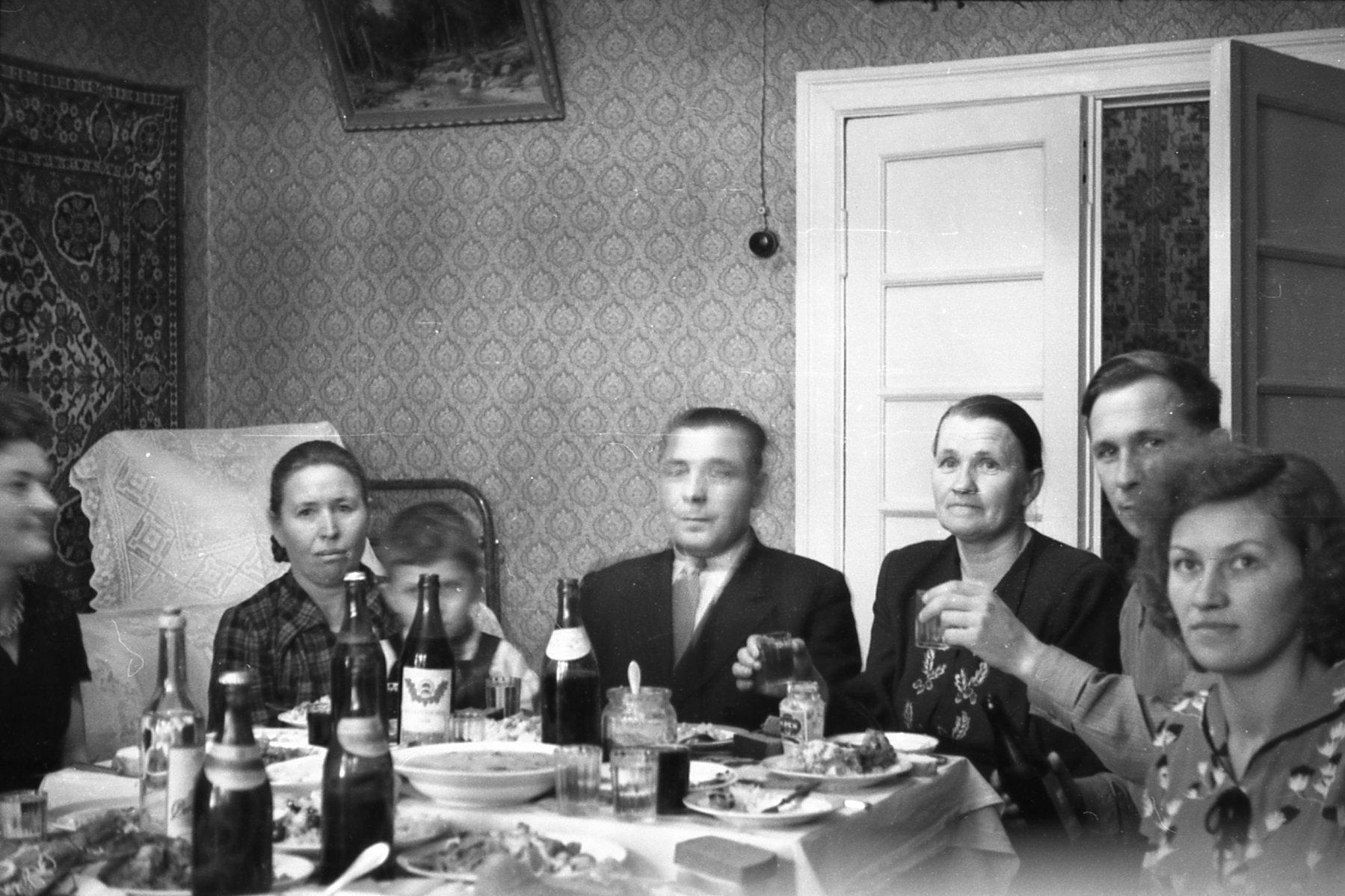 Праздничное застолье в доме с башенкой, Очаково, 1956-57 гг.