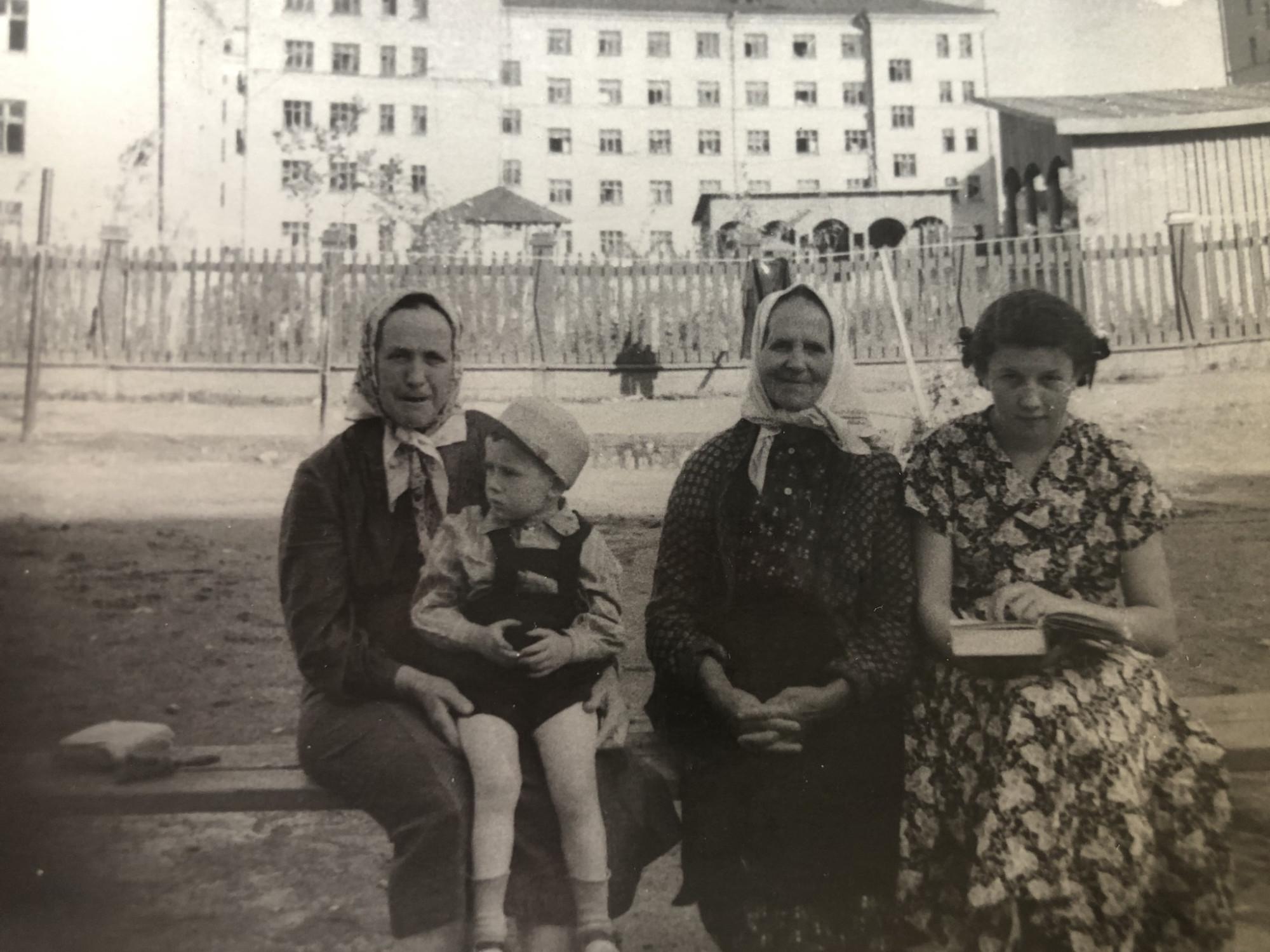 1954-56 двор дома с башенкой. Елена Федулова