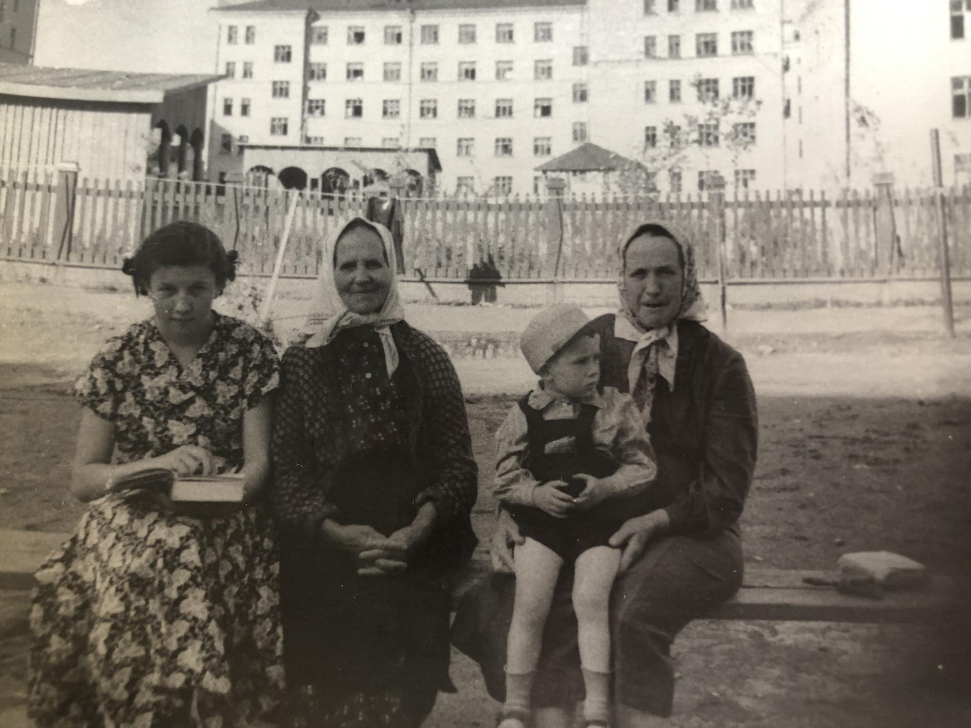 1954-56 двор дома с башенкой. Елена Федулова2