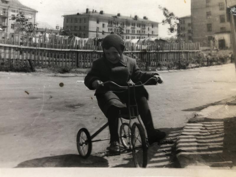 1955-1957 двор дома с башенкой. Елена Федулова