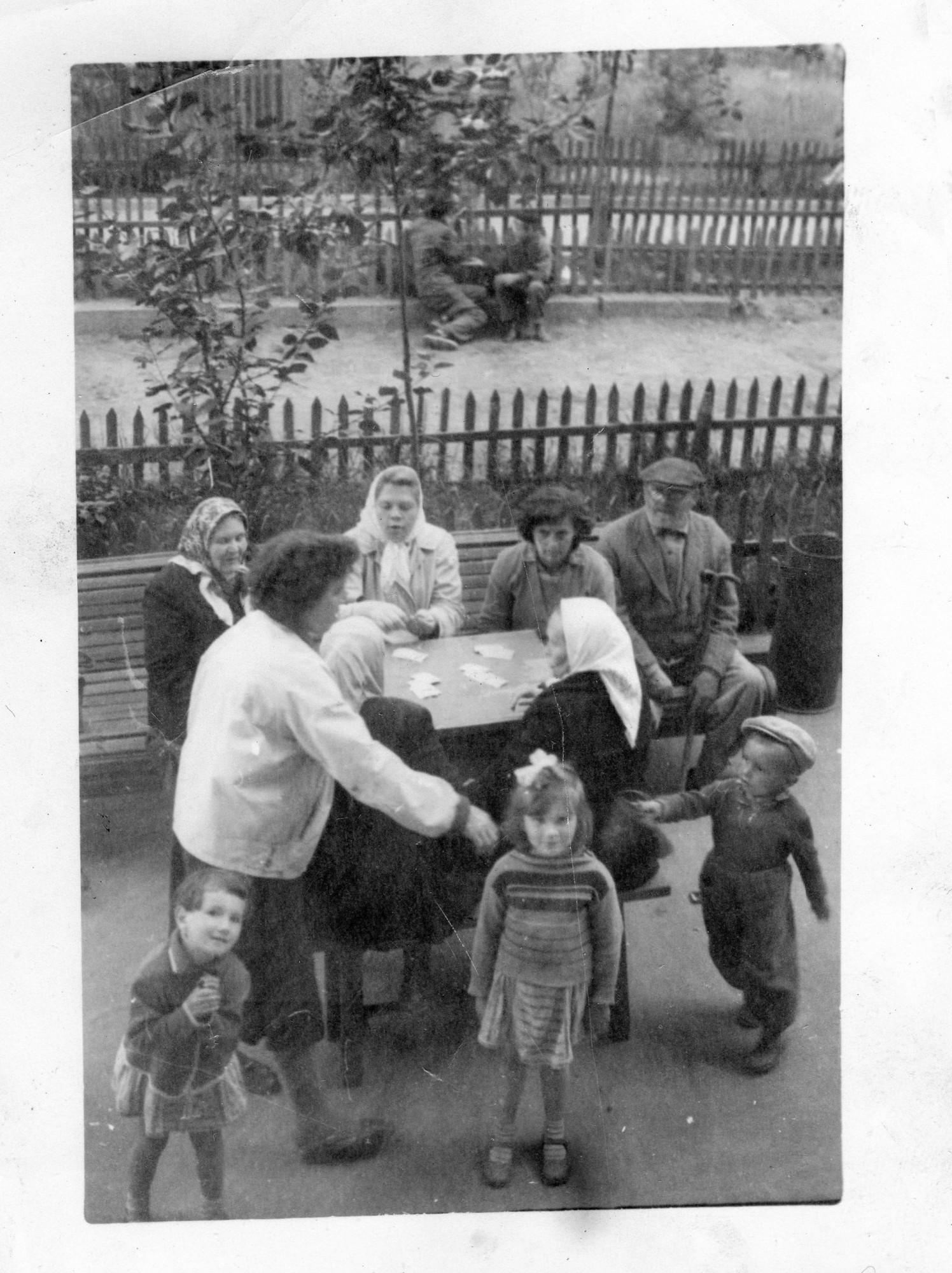 1966 Ул. Ленина д 21. Сейчас Б. Очаковская д 33, наш двор. Любовь Куклина