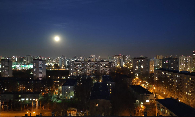 2019, апрель. Луна над Очаково. Фото Елены Быковой