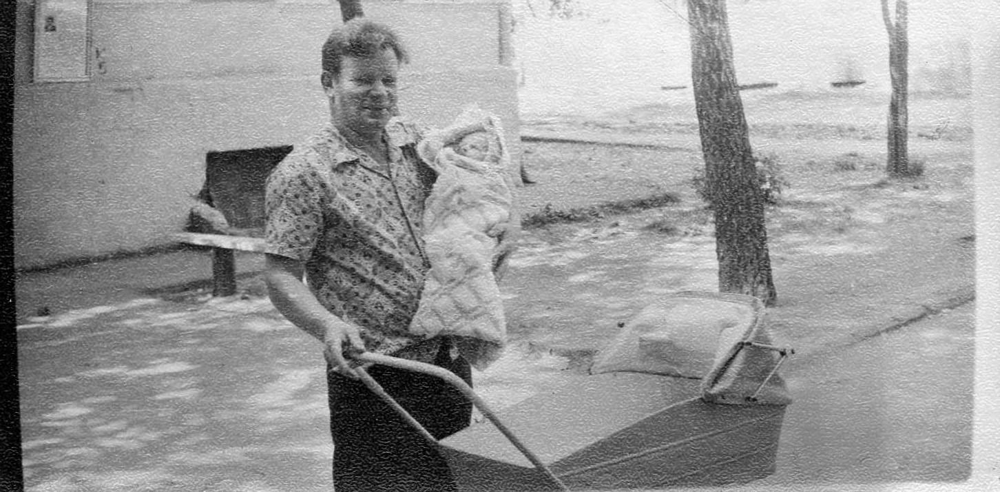 год 1975. Это я у папы на руках. Где это, не знаю. Возможно дворы у станции 3х этажки