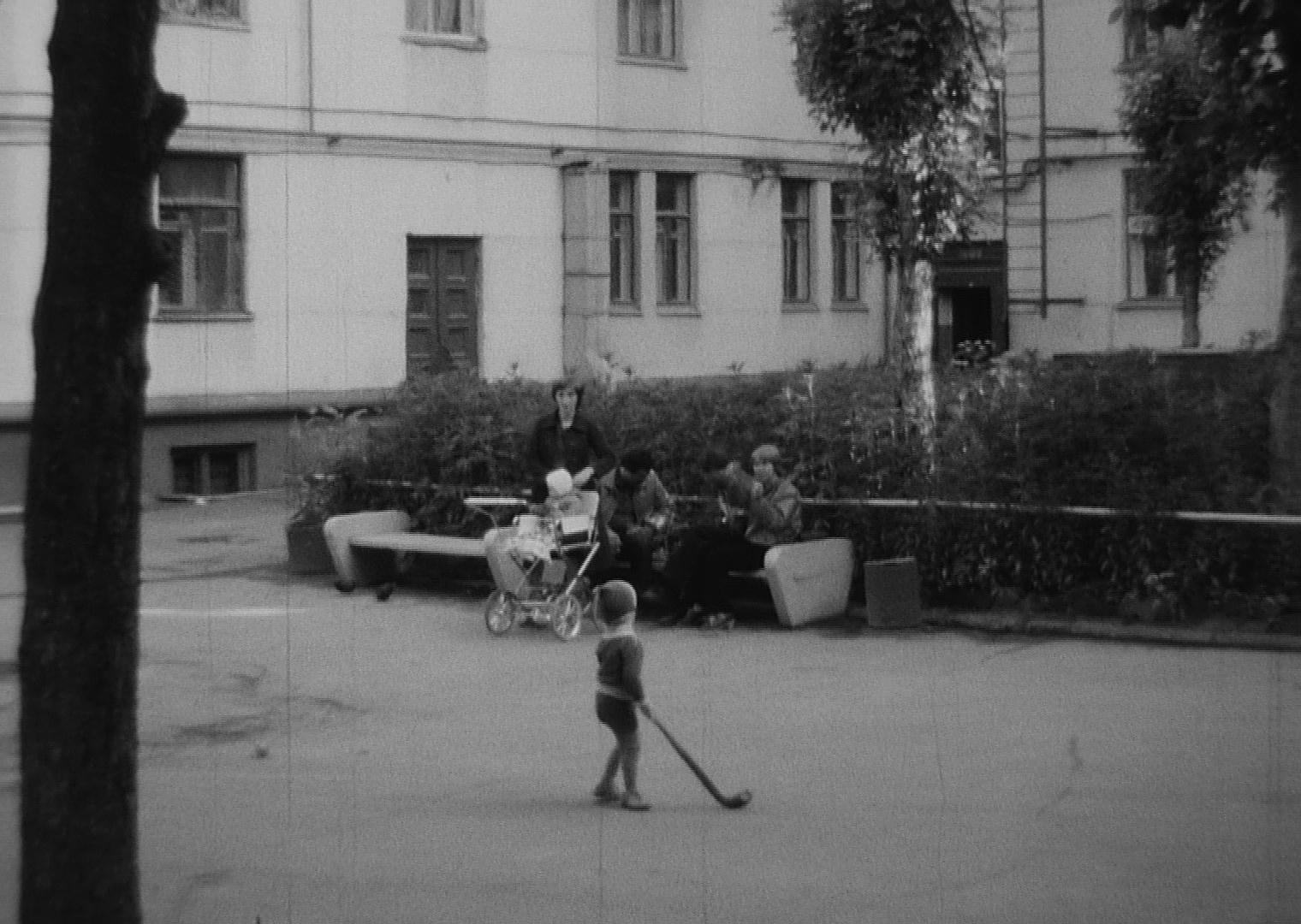 1981 Во дворе дома №22 по Большой Очаковской улице. Рудов Петр