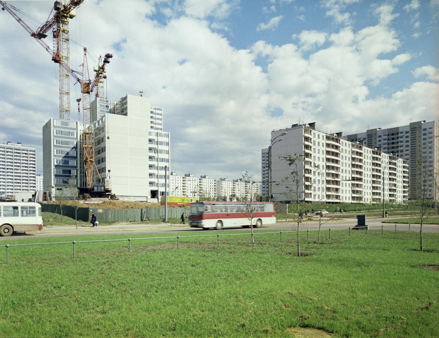 1974 Строительство первого дома из унифицированных конструкций в Тропарево. Валентин Шияновский. РИА Новости