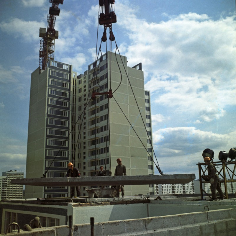 1974 Строительство первого дома из унифицированных конструкций в Тропарево. Валентин Шияновский. РИА Новости2