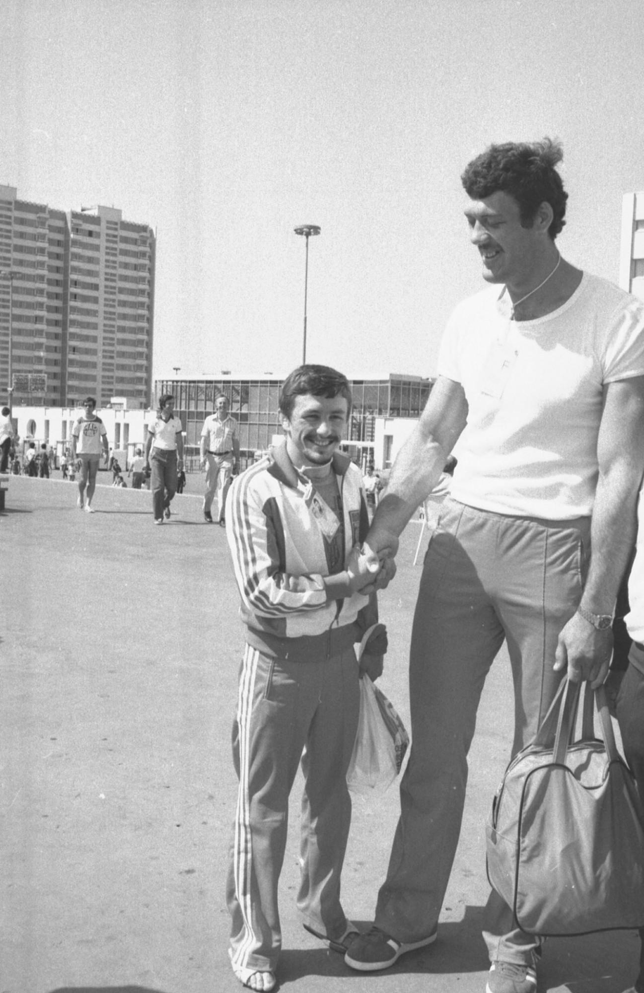 Польские спортсмены Ян Фаландис и Адам Сандурски в олимпийской деревне в Москве в 1980 году