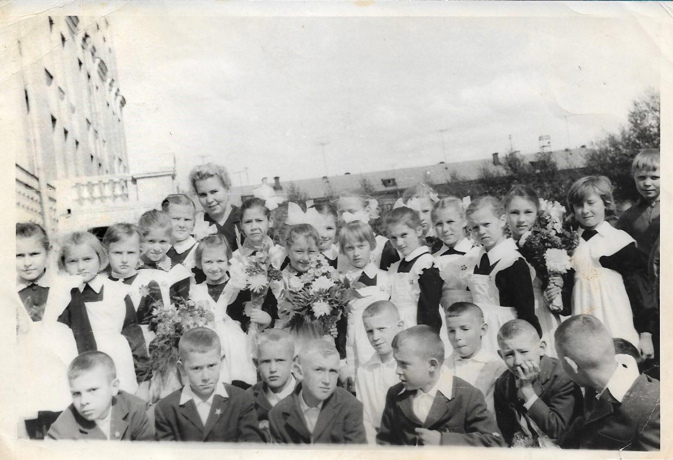 1 сентября 1965 года, второклассники школы 843, видно саму школу и Пржевальского, дом № 10