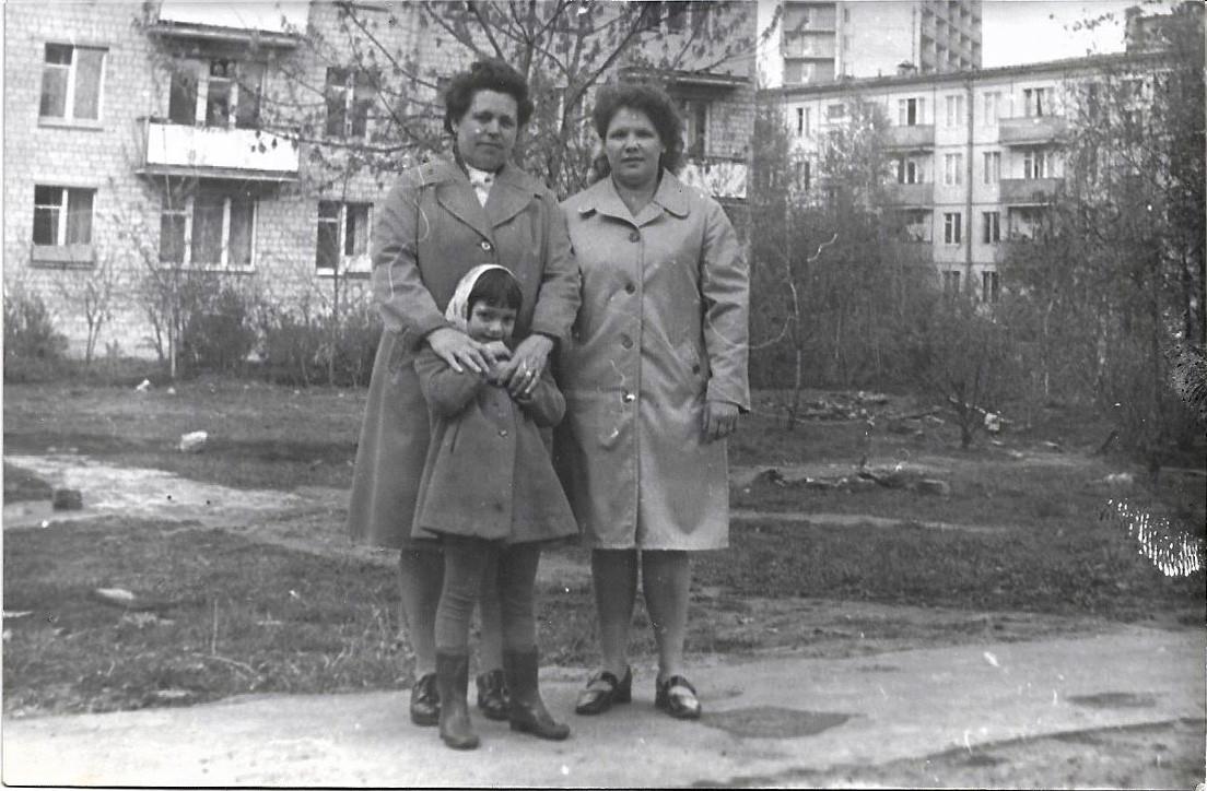 1970е фото с улицы Марии Поливановой, за спинами женщин видно дом 11А, а также дом 22 и дом 17 (или 15) по улице Озёрной2